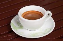 kawa w białej filiżance na drewnianym tle Obrazy Royalty Free