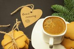 Kawa w białej filiżance, serce z wpisowym dniem dobrym obraz stock