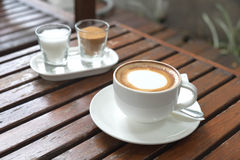 Kawa w filiżance na drewno stole w ranku czasie Zdjęcie Stock