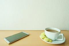 Kawa w filiżankach z cukierku i bielu telefonami Zdjęcie Stock