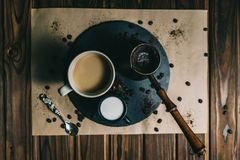 Kawa w grater z fili?ank? na ciemnym tle z ?mietank? obrazy royalty free