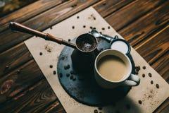 Kawa w grater z fili?ank? na ciemnym tle z ?mietank? zdjęcia royalty free