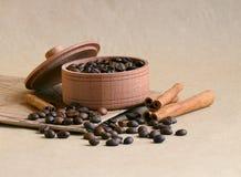 Kawa w jezve i kawowe fasole na stole zdjęcie royalty free