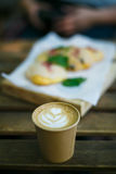 Kawa w ogródzie Fotografia Royalty Free