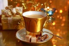 Kawa w złocistym filiżanki i prezenta pudełku Obraz Royalty Free