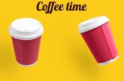 kawa więcej czasu Dwa kolor żółty papierowej filiżanki fotografia stock