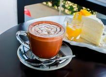 Kawa z łyżką na stołowy drewnianym Zdjęcie Royalty Free