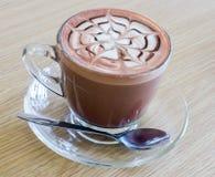 Kawa z łyżką na stołowy drewnianym Fotografia Stock
