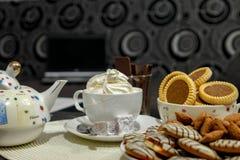 Kawa z śmietanką i tortami na stole zdjęcie stock