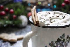 Kawa z śmietanką wokoło i marshmallow obrazy stock