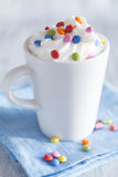Kawa z batożyć kremowymi i kolorowymi czekoladowymi kroplami Obraz Royalty Free