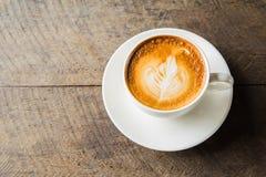 Kawa z białą filiżanką na drewnianym tle Obraz Stock