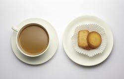 Kawa z ciastkiem odizolowywającym na whit Obraz Stock