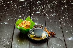 Kawa z cynamonem i tortem na czarnym drewnianym stole obraz stock