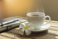 Kawa z książką na drewnianym stole Zdjęcie Royalty Free