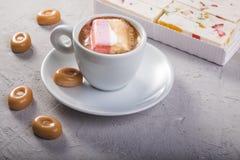 Kawa z marshmallow i cukierkami na popielatym tle śniadanie lub lunch ideał dla cukiernianego menu Obraz Royalty Free