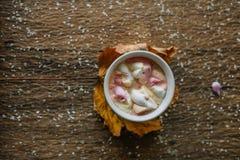 Kawa z marshmallow w bławej filiżance obraz stock