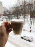 Kawa z mlekiem w ręce na zimy tle zdjęcie stock