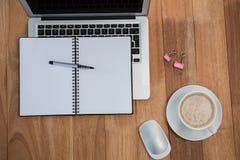 Kawa z organizatorem i laptopem zdjęcia royalty free