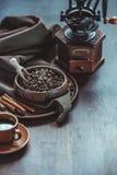 Kawa z rocznik fasolami w pucharze i ostrzarzem Obraz Stock