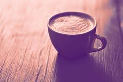 Kawa z serce wzorem w białej filiżance na drewnianym tle obraz royalty free