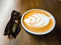 Kawa z sunglass Zdjęcia Royalty Free