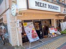 Kawagoe,日本- 2017年5月14日:与一个广告的肉类市场在户外在Kawagoe,日本 库存图片