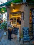 Kawagoe,日本- 2017年5月14日:买一coffe的未认出的人在咖啡馆商店,曾经是老仓库,  免版税库存照片