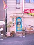 Kawagoe,日本- 2017年5月14日:关闭一个酒吧,当骑自行车停放在户外在Kawagoe,日本 免版税库存图片