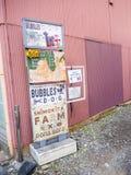 Kawagoe,日本- 2017年5月14日:在户外的情报标志位于城市的街道在日本 库存照片