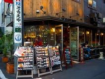 Kawagoe Japan - Maj 14, 2017: Shoppar och diversehandel, som van vid var det gamla lagret, i Kawagoe Royaltyfria Bilder