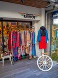 Kawagoe Japan - Maj 14, 2017: Slutet av shoppar upp och diversehandel, som van vid var det gamla lagret, i Kawagoe, Japan Arkivfoto