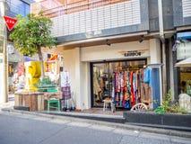 Kawagoe Japan - Maj 14, 2017: Slutet av shoppar upp och diversehandel, som van vid var det gamla lagret, i Kawagoe, Japan Arkivfoton