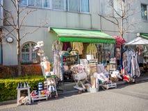Kawagoe Japan - Maj 14, 2017: Slutet av shoppar upp och diversehandel, som van vid var det gamla lagret, i Kawagoe, Japan Royaltyfria Bilder