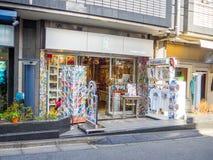 Kawagoe Japan - Maj 14, 2017: Slutet av shoppar upp och diversehandel, som van vid var det gamla lagret, i Kawagoe, Japan Fotografering för Bildbyråer