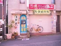 Kawagoe Japan - Maj 14, 2017: Stäng sig upp av en stång, med cyklad parkerat på det fria i Kawagoe, Japan arkivbilder