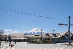 Kawaguchi, Japon - 4 avril 2019 : Façade avant de la station de train de Kawaguchiko devant le mont Fuji majestueux image stock