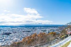 kawaguchiko与雪的城市地平线 免版税库存照片