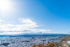 kawaguchiko与雪的城市地平线 免版税库存图片