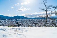 kawaguchiko与雪的城市地平线 库存图片