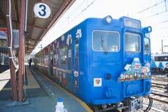 Kawaguchiko, Japón - 20 de febrero de 2016: Un ferrocarril en ka imágenes de archivo libres de regalías