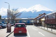 Kawaguchiko, Japón - 20 de febrero de 2016: Un ferrocarril en ka fotos de archivo libres de regalías