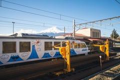 Kawaguchiko, Japón - 20 de febrero de 2016: Un ferrocarril en ka fotografía de archivo