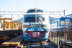 Kawaguchiko, Japón - 20 de febrero de 2016: Un ferrocarril en ka fotografía de archivo libre de regalías