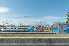 KAWAGUCHIKO, JAPÓN - 18 de mayo de 2015 el tren local especial pintó el Mt Fuji en su carro está parqueando en la plataforma en K Foto de archivo libre de regalías