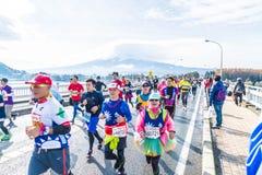 Kawaguchiko, JAPAN - 27. November 2016: Leute, die auf der Brücke laufen Lizenzfreie Stockfotos