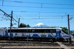 KAWAGUSHIKO, JAPÓN - 4 de mayo de 2016 - el Fujikyu expreso con Fuji Imágenes de archivo libres de regalías