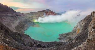 Kawah伊真火山全景风景在日出, Java,印度尼西亚的 免版税库存照片
