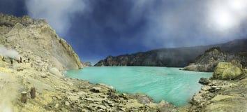 Kawah伊真火山收集变硬的硫磺,印度尼西亚的硫磺矿工 免版税库存图片