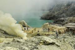 Kawah伊真火山收集变硬的硫磺,印度尼西亚的硫磺矿工 库存照片